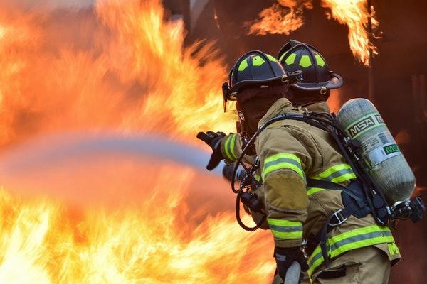 fibra de vidrio ante un fuego